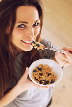 snacking to gain weight, granola calories, women gaining weight